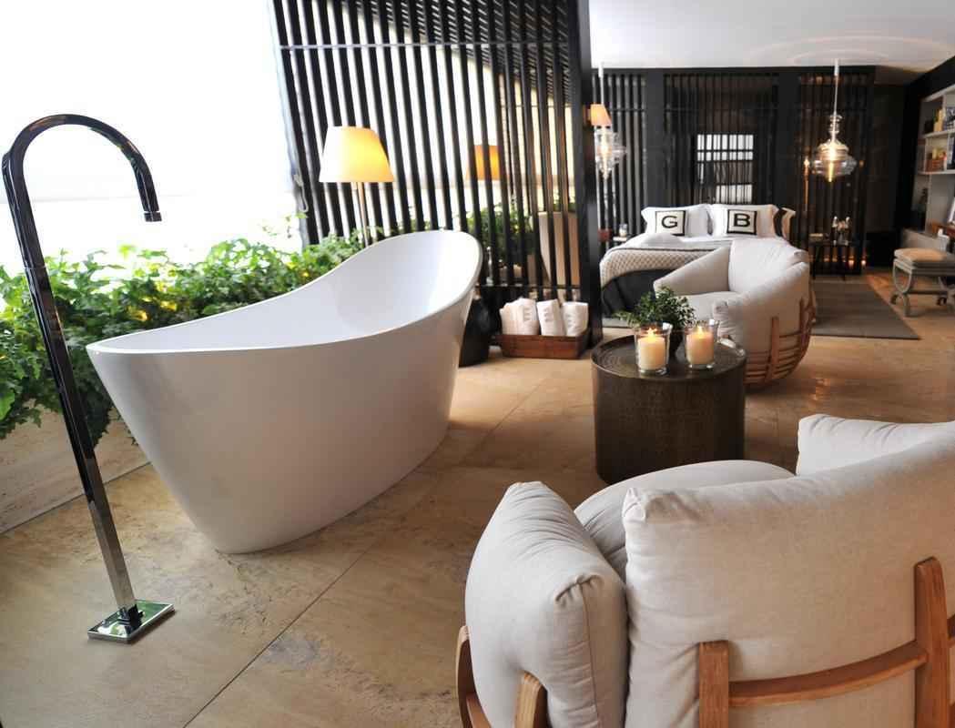 1. Lembre-se de que a casa precisa receber luz natural. Planeje grandes janelas nos banheiros, para que o vapor do banho possa se dispersar
