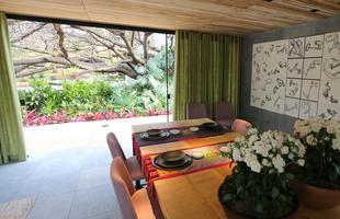 8. Abra diariamente portas e janelas da sua casa, fazendo com que o ar ventile por todos os cômodos. Com uma boa circulação no ambiente, você reduz a umidade e evita que o fungo se multiplique ainda mais.