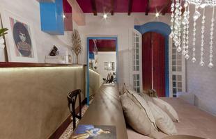 Designer de interiores Analu Guimarães usou a cor no teto do pé-direito duplo de um quarto, proporcionando interessante e belo contraste com o azul-turquez