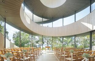 Design de capela faz referência ao movimento dos noivos durante o casamento