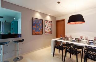 Pendentes coloridos caíram na graça de designers de interiores, decoradores e arquitetos e são destaque na decoração. Eles realçam o ambiente e conferem ar despojado e moderno