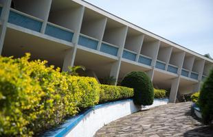 Edifício modernista contrasta com casarões históricos em Minas. Obra foi encomendada por Juscelino Kubitschek a Niemeyer e preserva mobiliário dos anos 50