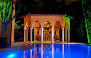 A morada tem uma piscina enorme, jacuzzi, praia e um cais, sem contar os cinco quartos e cinco banheiros, em uma área total construída de 740 metros quadrados