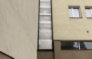 O imóvel fica na Polônia e se aperta entre dois edifícios