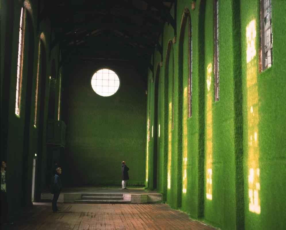 Uma antiga igreja em Londres recebeu uma intervenção impressionante que a cobre com o verde da natureza
