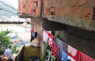 Desde 2010, a Tintas Coral faz intervenções cheias de vida na favela Santa Marta, no Rio de Janeiro. O projeto está levando cor para a comunidade, em uma iniciativa que já lhe dá visibilidade internacional, e que está melhorando o próprio bem-estar dos moradores