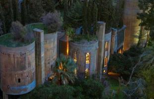 O projeto fez da construção abandonada um verdadeiro castelo contemporâneo repleto de terraços e jardins