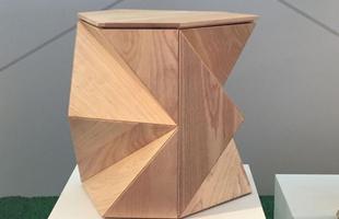 Mesa lateral Diamante, design Estudiobola, na mostra Be Brasil