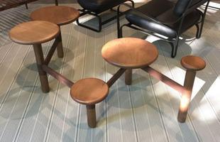 Mesa de centro Ciranda, design Plataforma 4 - ao fundo, poltrona Patroa, design Mula Preta, na mostra Brazil S/A