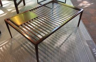 Mesa de centro Finas, design Roberta Rampazzo, na mostra Brazil S/A