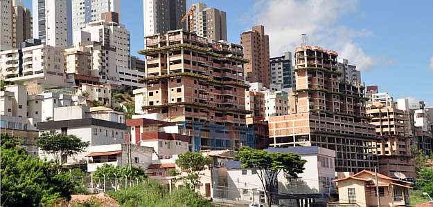 Projetos de edificações esbarram em vários tipos de dificuldades, como terrenos com desníveis, qualidade do solo e localização (Eduardo Almeida/RA Studio)