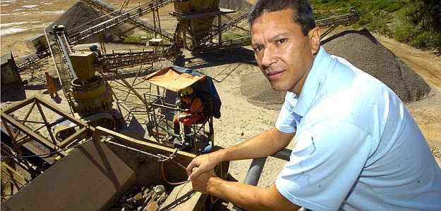 Chefe do departamento de resíduos da usina de reciclagem da SLU, Heuder Pascele faz areia e brita com restos de alvenaria e concreto (Maria Tereza Correia/EM/D.A.Press)