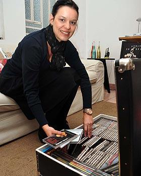 Roziane Faleiro diz que um ambiente com discos de vinil confere atmosfera agradável  - Eduardo Almeida/RA Studio