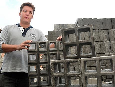Elbert Viana Ferreira, da Art Moldados, diz que os cobogós dão um toque moderno à decoração - Eduardo Almeida/RA Studio