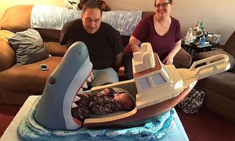 Escultor cria berço divertido inspirado no clássico filme Tubarão