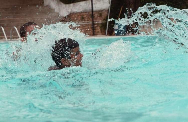 Com aproximação das férias e do verão, piscinas se tornam preferidas entre os pequenos, mas é preciso atenção