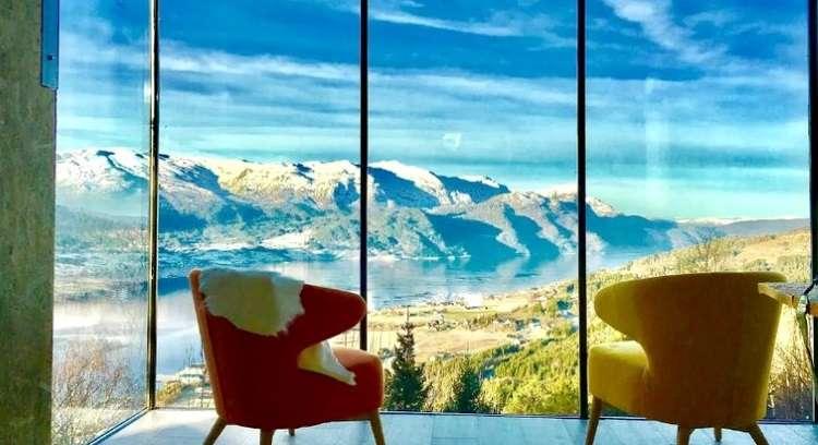 Quer ter uma experiência incrível em meio à natureza? Casa na árvore revela a beleza dos fiordes noruegueses
