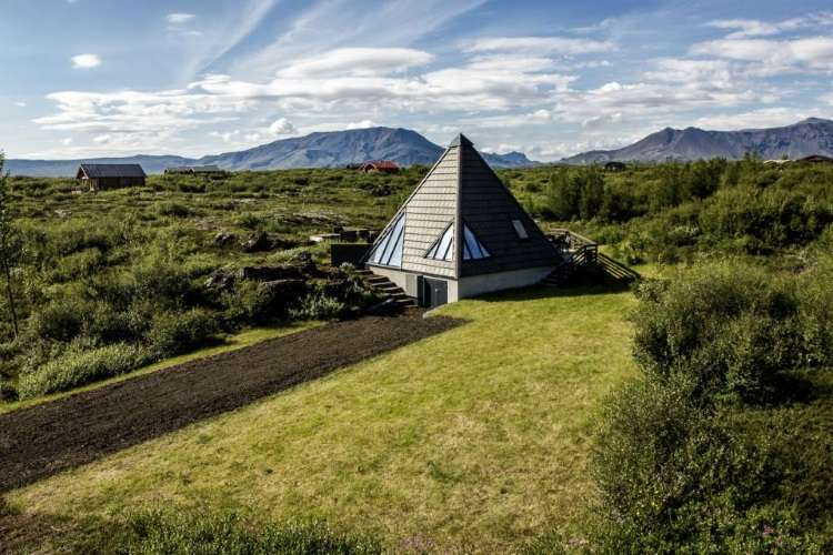 Casa reflete a paisagem exuberante do entorno com decisões ecológicas na Islândia